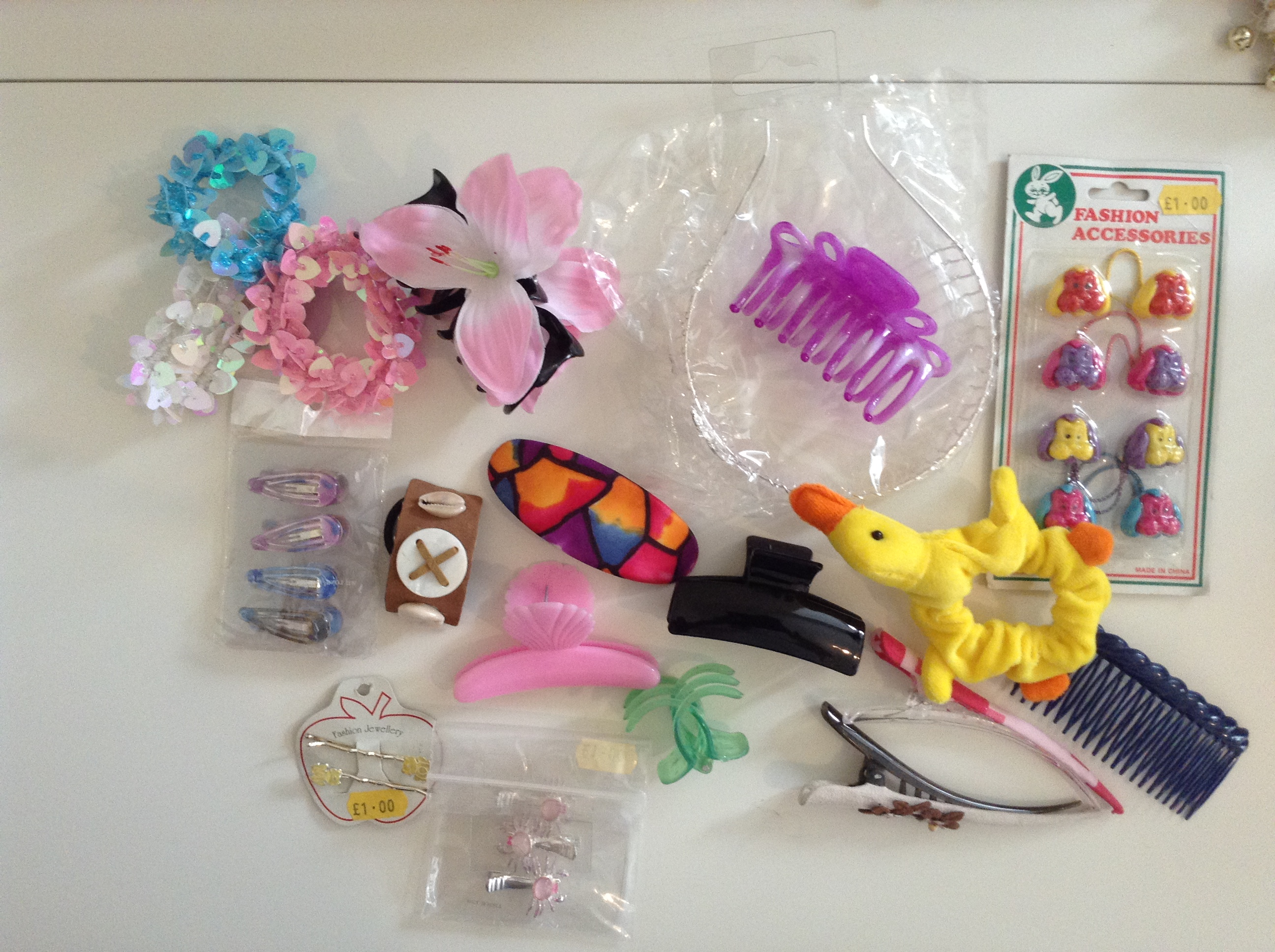 Girls hair accessories for parties, car boot sales, markets or gifts. Minimum of 150 items.