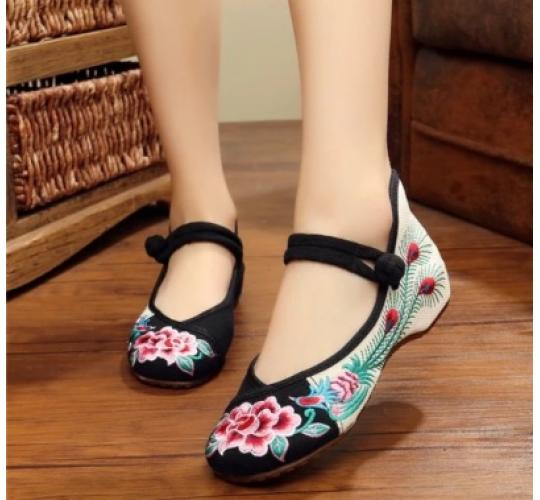Traditional Chinese Embroidery Shoes with Eye Catching Floral Design, 50 pairs with mixed size